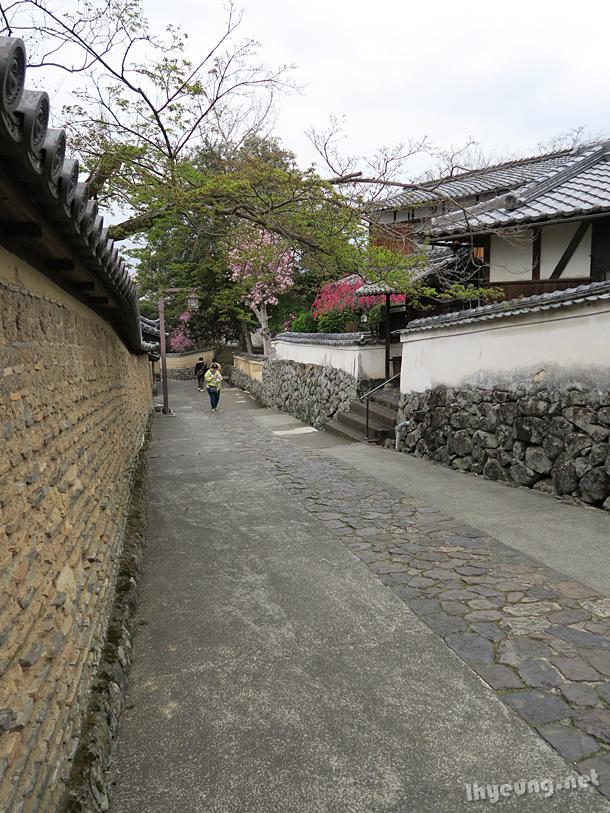 Old looking lane.